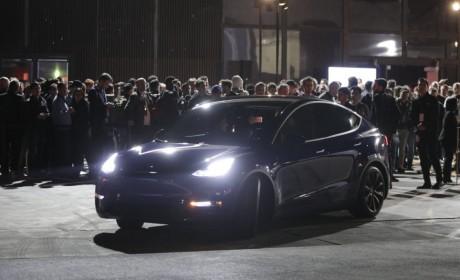 试乘特斯拉Model Y紧凑型电动SUV感受:So快So实用